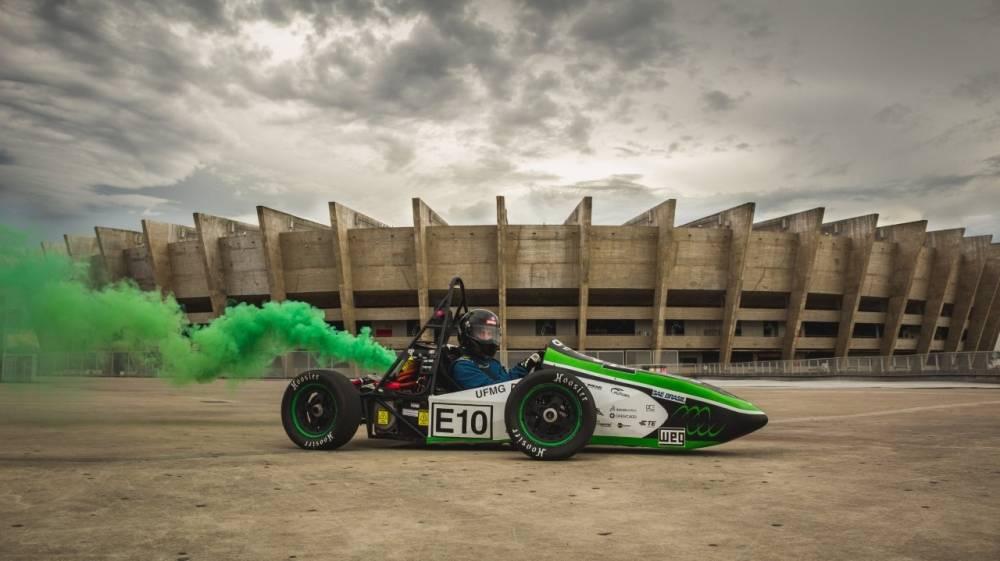 Fórmula Tesla UFMG Evolução e Conquistas.Universidade Federal de Minas Gerais surgiu em 2017 e levou o primeiro protótipo (Kayran) para a competição com apenas 1 ano de equipe, alcançando o 10º lugar geral na categoria.  [157133162515713316257215669574.jpg]