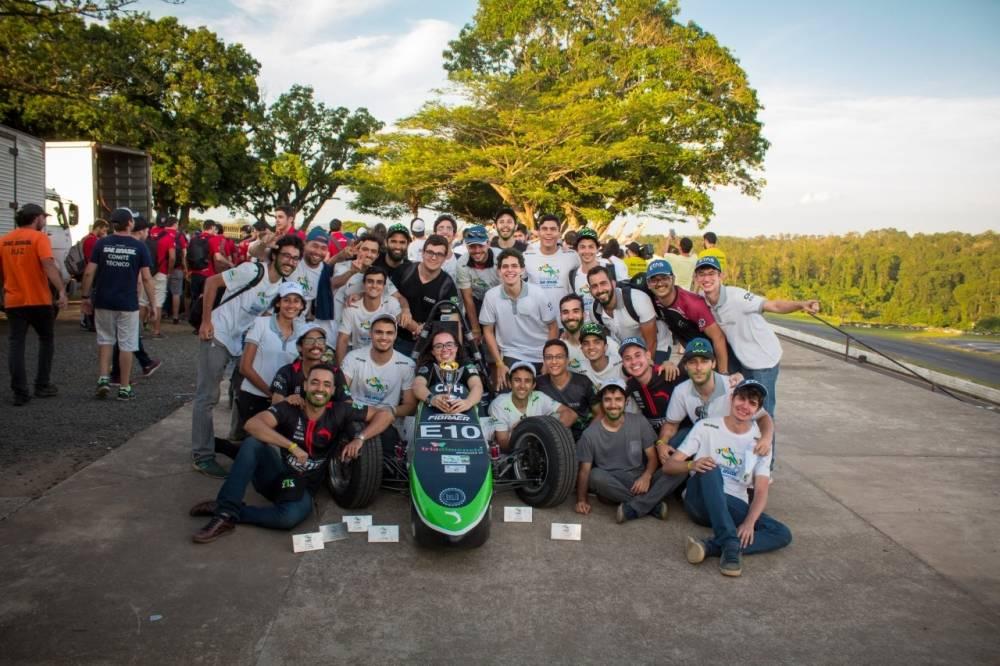 Fórmula Tesla UFMG Evolução e Conquistas.Universidade Federal de Minas Gerais surgiu em 2017 e levou o primeiro protótipo (Kayran) para a competição com apenas 1 ano de equipe, alcançando o 10º lugar geral na categoria.  [157133163915713316394345889852.jpg]