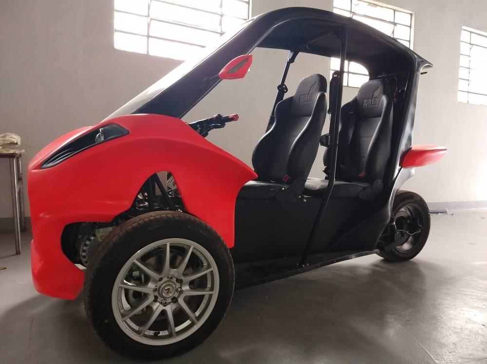 Gaia Electric Motors é um startup 100% brasileira que quer acelerar o desenvolvimento do transporte sustentável no Brasil. O Gaia é um veículo elétrico com três rodas, inovador e moderno. Ele te permite pegar estrada e acelerar até 130km/h com segurança. Sua autonomia de 200Km é ideal para quem reside em cidades periféricas a grandes centros urbanos.   [15726398441572639844234453915.jpg]
