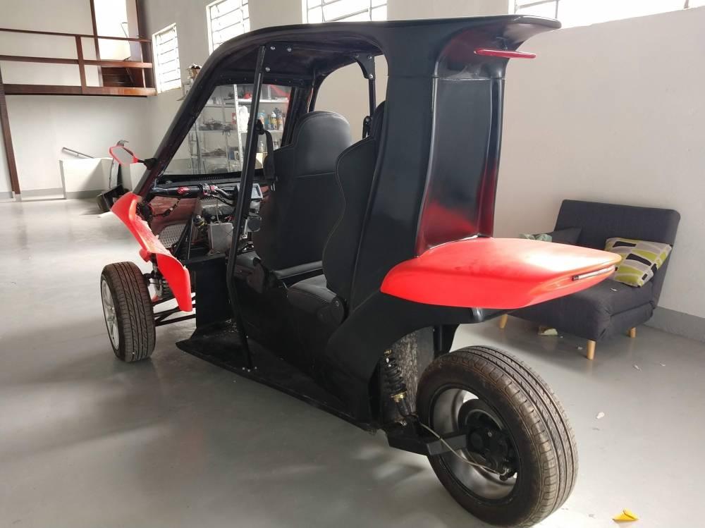Gaia Electric Motors é um startup 100% brasileira que quer acelerar o desenvolvimento do transporte sustentável no Brasil. O Gaia é um veículo elétrico com três rodas, inovador e moderno. Ele te permite pegar estrada e acelerar até 130km/h com segurança. Sua autonomia de 200Km é ideal para quem reside em cidades periféricas a grandes centros urbanos.   [157263989215726398927564201188.jpg]