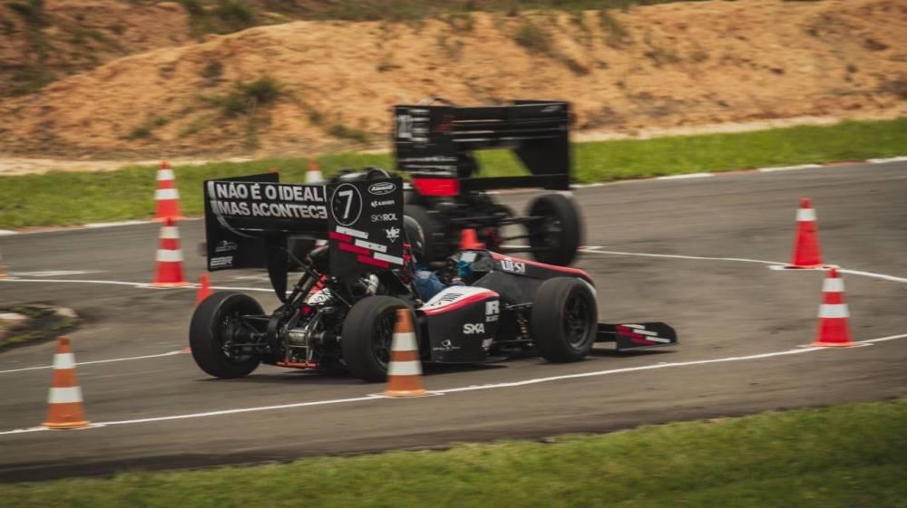 Fundada em 2011, a equipe Fórmula Del-Racing UFSJ é formada por estudantes de engenharia e de ciências econômicas da Universidade Federal de São João del Rei. [161239848616123984864945969453.jpg]