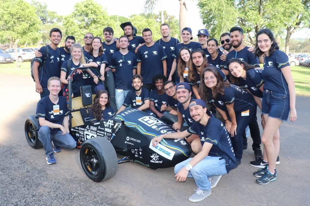 A Faraday E-Racing é uma equipe de competição que tem como objetivo projetar e contruir um protótipo elétrico do tipo fórmula nos padrões da Fórmula SAE Brasil. [160458730516045873057172681796.jpg]