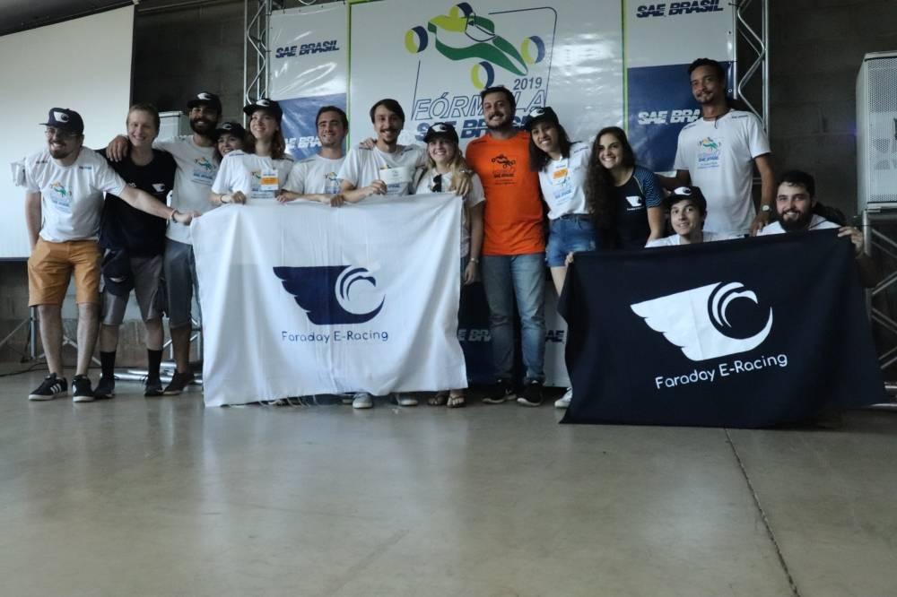 A Faraday E-Racing é uma equipe de competição que tem como objetivo projetar e contruir um protótipo elétrico do tipo fórmula nos padrões da Fórmula SAE Brasil. [160458731516045873155428268175.JPG]