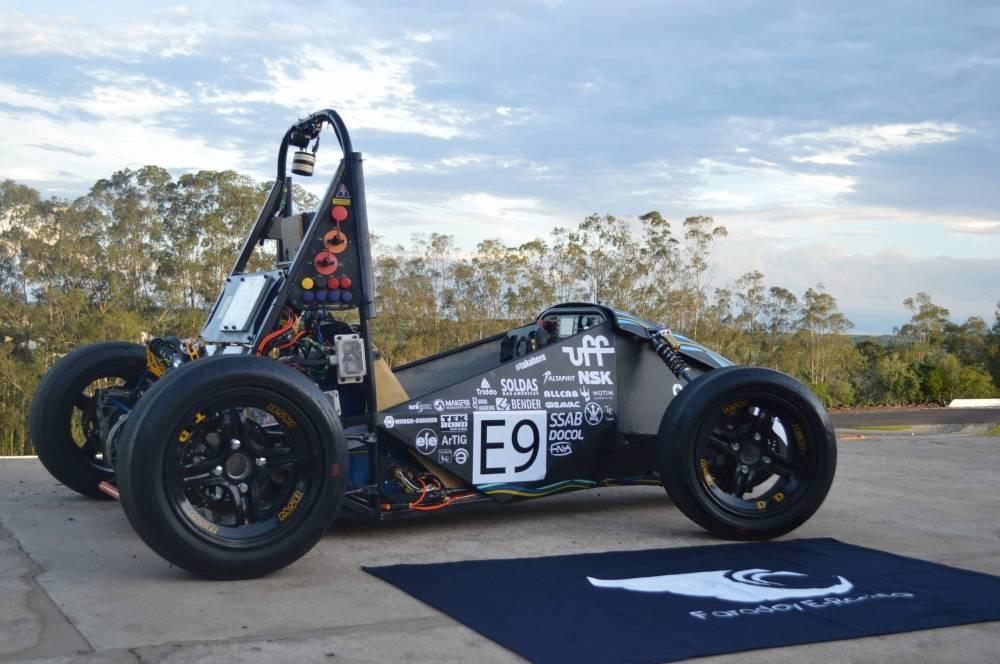 A Faraday E-Racing é uma equipe de competição que tem como objetivo projetar e contruir um protótipo elétrico do tipo fórmula nos padrões da Fórmula SAE Brasil. [16045873181604587318358410694.jpg]