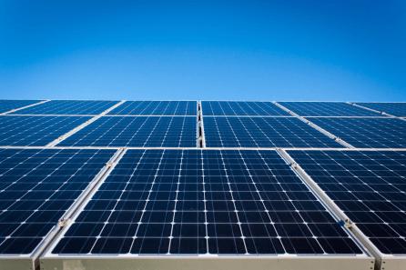 Carregar VE usando energia solar gera um solução 100% verde. Economia imediata na conta de energia elétrica e o investido inicial pode ser recuperado em poucos anos. Um sistema solar fotovoltaico em geral tem uma vida útil muito longa.  [156036734515603673451725839324.png]