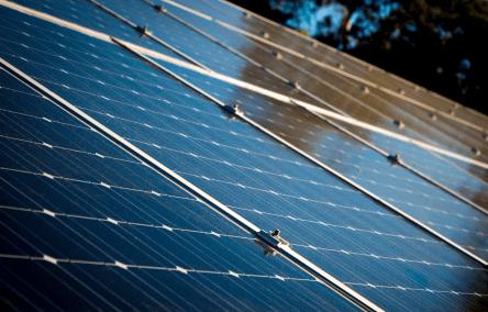 Carregar VE usando energia solar gera um solução 100% verde. Economia imediata na conta de energia elétrica e o investido inicial pode ser recuperado em poucos anos. Um sistema solar fotovoltaico em geral tem uma vida útil muito longa.  [156036734815603673481442410219.png]