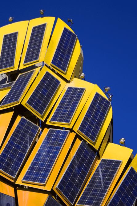 Carregar VE usando energia solar gera um solução 100% verde. Economia imediata na conta de energia elétrica e o investido inicial pode ser recuperado em poucos anos. Um sistema solar fotovoltaico em geral tem uma vida útil muito longa.  [156036735115603673512204717369.png]