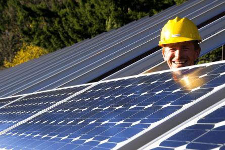 Um sistema de energia solar capaz de gerar eletricidade a partir da luz solar também é  conhecido como sistema fotovoltaico. Explicamos quantos módulos solares são necessários para recarregar o seu carro, em função da distância percorrida.  [15603673781560367378121685181.png]