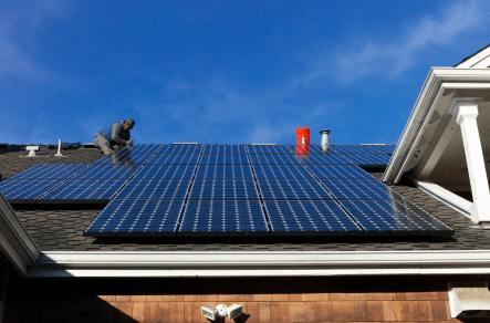 Um sistema de energia solar capaz de gerar eletricidade a partir da luz solar também é  conhecido como sistema fotovoltaico. Explicamos quantos módulos solares são necessários para recarregar o seu carro, em função da distância percorrida.  [156036738015603673806246861781.png]