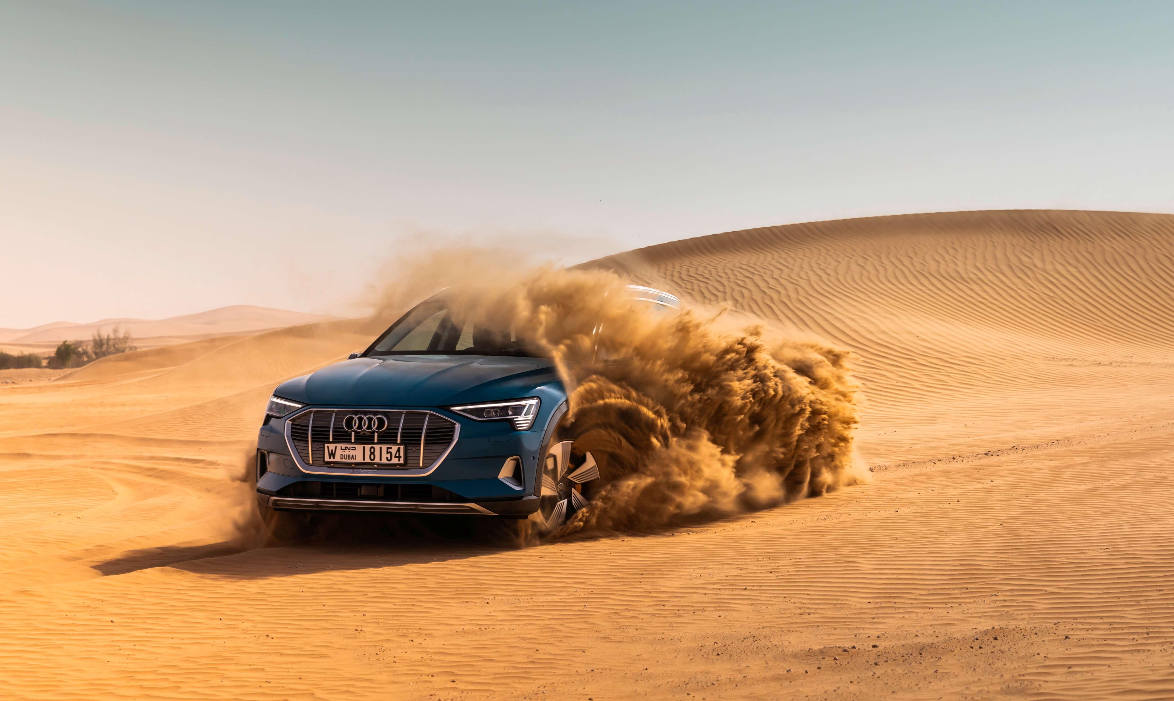 Audi e-tron Quattro. O modelo está a pré-venda no Brasil com desembarque agendado até maio de 2020. Autonomia de 417 km. Carro 100% eletrico com tração integral. Preço a partir de R$ 459.990,00.