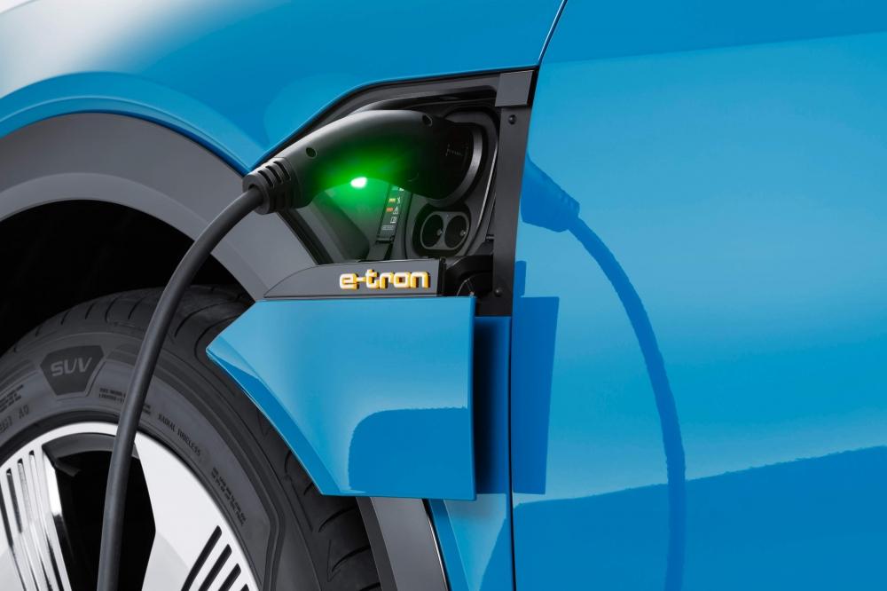 Audi e-tron Quattro. O modelo está a pré-venda no Brasil com desembarque agendado até maio de 2020. Autonomia de 417 km. Carro 100% eletrico com tração integral. Preço a partir de R$ 459.990,00. [15822253651582225365273260911.jpg]
