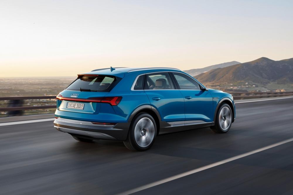 Audi e-tron Quattro. O modelo está a pré-venda no Brasil com desembarque agendado até maio de 2020. Autonomia de 417 km. Carro 100% eletrico com tração integral. Preço a partir de R$ 459.990,00. [158222536615822253664335610875.jpg]