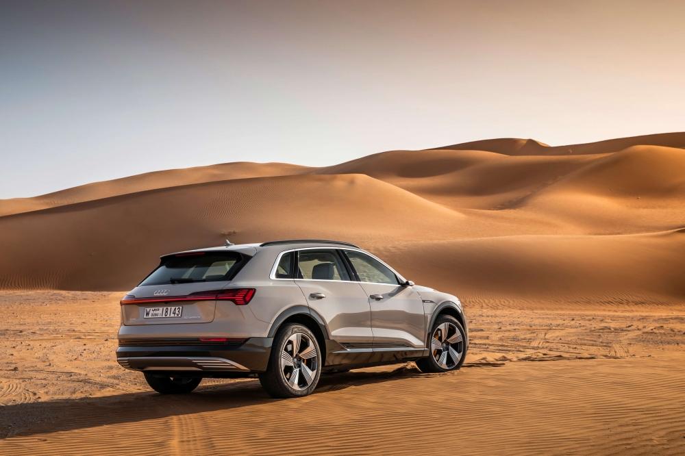 Audi e-tron Quattro. O modelo está a pré-venda no Brasil com desembarque agendado até maio de 2020. Autonomia de 417 km. Carro 100% eletrico com tração integral. Preço a partir de R$ 459.990,00. [158222536715822253677341467348.jpg]