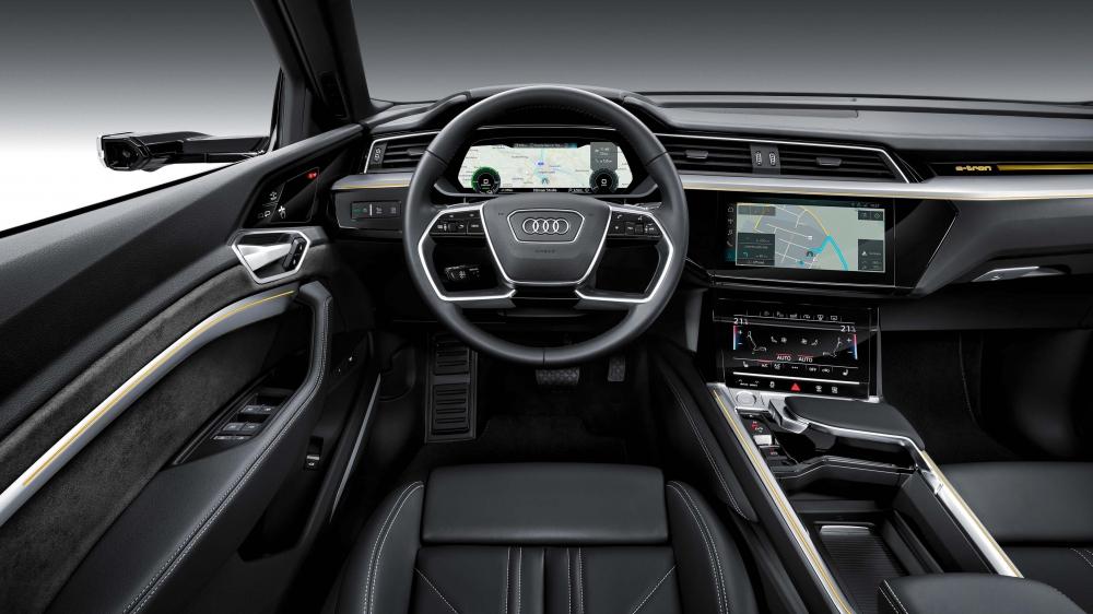 Audi e-tron Quattro. O modelo está a pré-venda no Brasil com desembarque agendado até maio de 2020. Autonomia de 417 km. Carro 100% eletrico com tração integral. Preço a partir de R$ 459.990,00. [158222536915822253695001897517.jpg]