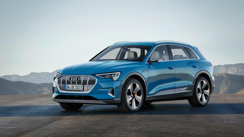 Audi e-tron Quattro. O modelo está a pré-venda no Brasil com desembarque agendado até maio de 2020. Autonomia de 417 km. Carro 100% eletrico com tração integral. Preço a partir de R$ 459.990,00. [15822273271582227327124627909.jpg]