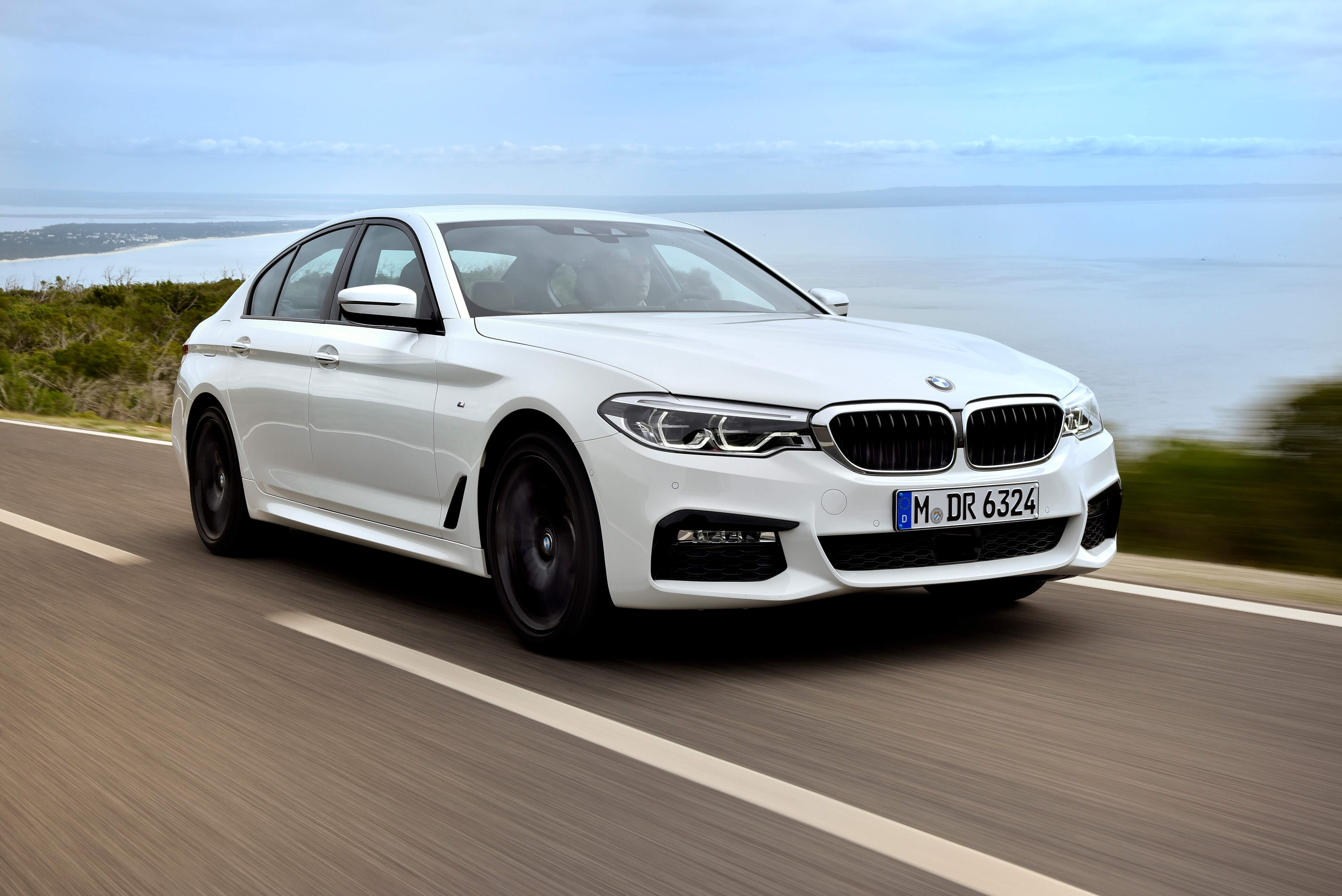 BMW 530e M Sport Brasil. Preço a partir da R$ 332.950. A potência combinada é de 252cv, e o torque atinge 420Nm ? 70Nm a mais que a versão à combustão. Com esta configuração, o sedã é capaz de acelerar de 0 (zero) a 100 km/h em 6,2 s e alcançar 235 km/h de velocidade máxima. O BMW 530e PHEV pode ser conduzido de forma híbrida com a utilização dos dois motores ou no modo puramente elétrico - sem emissões e sem ruído. No modo MAX eDrive, o BMW 530e tem autonomia de até 46 quilômetros de utilização puramente elétrica, sem necessidade de recarga.