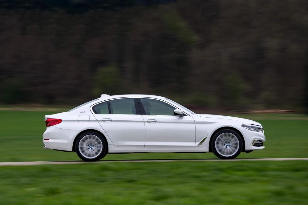 BMW 530e M Sport Brasil. Preço a partir da R$ 332.950. A potência combinada é de 252cv, e o torque atinge 420Nm ? 70Nm a mais que a versão à combustão. Com esta configuração, o sedã é capaz de acelerar de 0 (zero) a 100 km/h em 6,2 s e alcançar 235 km/h de velocidade máxima. O BMW 530e PHEV pode ser conduzido de forma híbrida com a utilização dos dois motores ou no modo puramente elétrico - sem emissões e sem ruído. No modo MAX eDrive, o BMW 530e tem autonomia de até 46 quilômetros de utilização puramente elétrica, sem necessidade de recarga. [158205540715820554074244216711.jpg]