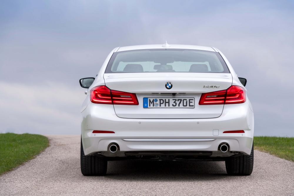 BMW 530e M Sport Brasil. Preço a partir da R$ 332.950. A potência combinada é de 252cv, e o torque atinge 420Nm ? 70Nm a mais que a versão à combustão. Com esta configuração, o sedã é capaz de acelerar de 0 (zero) a 100 km/h em 6,2 s e alcançar 235 km/h de velocidade máxima. O BMW 530e PHEV pode ser conduzido de forma híbrida com a utilização dos dois motores ou no modo puramente elétrico - sem emissões e sem ruído. No modo MAX eDrive, o BMW 530e tem autonomia de até 46 quilômetros de utilização puramente elétrica, sem necessidade de recarga. [158205540915820554092902198144.jpg]