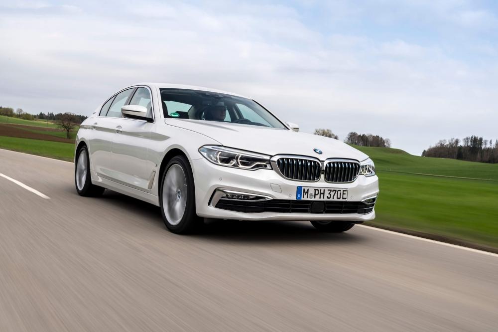 BMW 530e M Sport Brasil. Preço a partir da R$ 332.950. A potência combinada é de 252cv, e o torque atinge 420Nm ? 70Nm a mais que a versão à combustão. Com esta configuração, o sedã é capaz de acelerar de 0 (zero) a 100 km/h em 6,2 s e alcançar 235 km/h de velocidade máxima. O BMW 530e PHEV pode ser conduzido de forma híbrida com a utilização dos dois motores ou no modo puramente elétrico - sem emissões e sem ruído. No modo MAX eDrive, o BMW 530e tem autonomia de até 46 quilômetros de utilização puramente elétrica, sem necessidade de recarga. [15820554121582055412894653486.jpg]