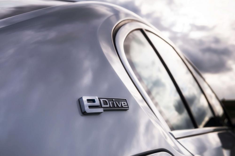 BMW 530e M Sport Brasil. Preço a partir da R$ 332.950. A potência combinada é de 252cv, e o torque atinge 420Nm ? 70Nm a mais que a versão à combustão. Com esta configuração, o sedã é capaz de acelerar de 0 (zero) a 100 km/h em 6,2 s e alcançar 235 km/h de velocidade máxima. O BMW 530e PHEV pode ser conduzido de forma híbrida com a utilização dos dois motores ou no modo puramente elétrico - sem emissões e sem ruído. No modo MAX eDrive, o BMW 530e tem autonomia de até 46 quilômetros de utilização puramente elétrica, sem necessidade de recarga. [15820554141582055414715630191.jpg]