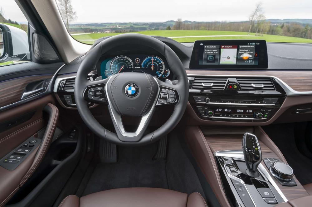 BMW 530e M Sport Brasil. Preço a partir da R$ 332.950. A potência combinada é de 252cv, e o torque atinge 420Nm ? 70Nm a mais que a versão à combustão. Com esta configuração, o sedã é capaz de acelerar de 0 (zero) a 100 km/h em 6,2 s e alcançar 235 km/h de velocidade máxima. O BMW 530e PHEV pode ser conduzido de forma híbrida com a utilização dos dois motores ou no modo puramente elétrico - sem emissões e sem ruído. No modo MAX eDrive, o BMW 530e tem autonomia de até 46 quilômetros de utilização puramente elétrica, sem necessidade de recarga. [158205541615820554164156388594.jpg]