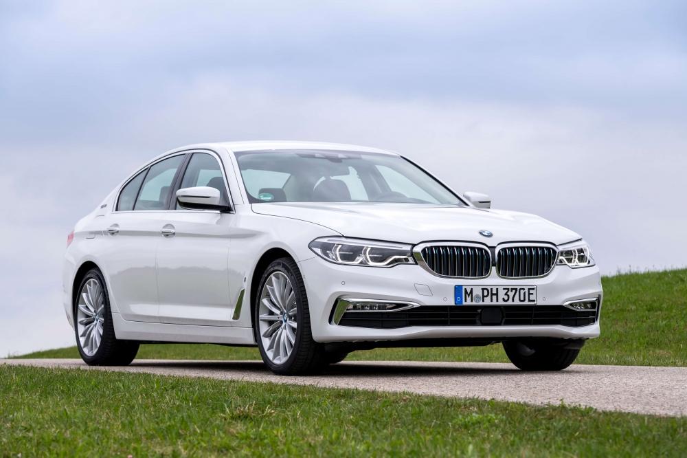 BMW 530e M Sport Brasil. Preço a partir da R$ 332.950. A potência combinada é de 252cv, e o torque atinge 420Nm ? 70Nm a mais que a versão à combustão. Com esta configuração, o sedã é capaz de acelerar de 0 (zero) a 100 km/h em 6,2 s e alcançar 235 km/h de velocidade máxima. O BMW 530e PHEV pode ser conduzido de forma híbrida com a utilização dos dois motores ou no modo puramente elétrico - sem emissões e sem ruído. No modo MAX eDrive, o BMW 530e tem autonomia de até 46 quilômetros de utilização puramente elétrica, sem necessidade de recarga. [158205541815820554182157951388.jpg]