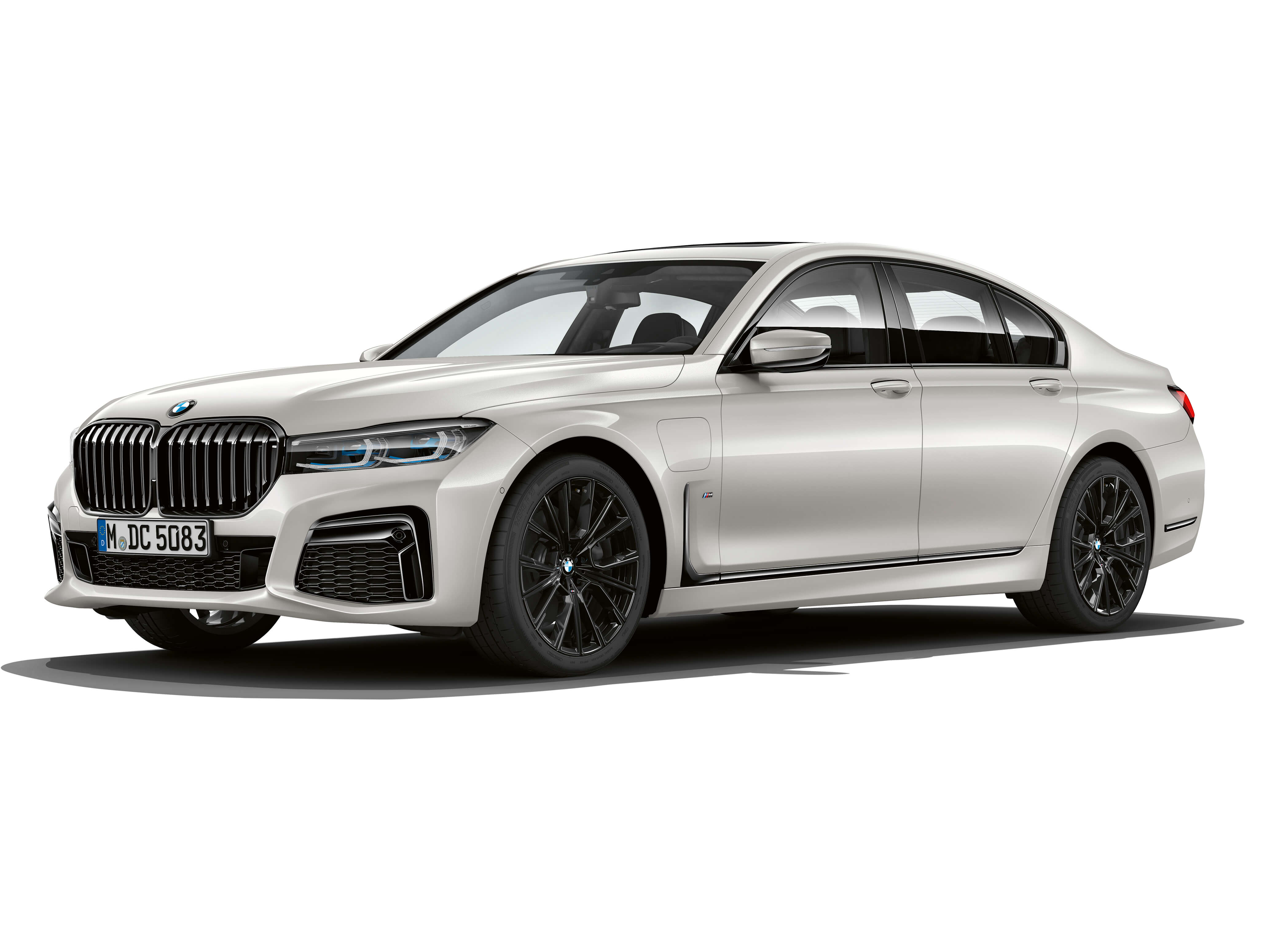 BMW 745Le M Sport, híbrido plug-in, permite dirigir exclusivamente a partir da tração elétrica, atingindo velocidades de até 140 km/h (autonomia até 54 km).