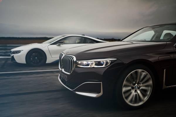 BMW 745Le M Sport, híbrido plug-in, permite dirigir exclusivamente a partir da tração elétrica, atingindo velocidades de até 140 km/h (autonomia até 54 km).  [158207406615820740669559315146.jpg]