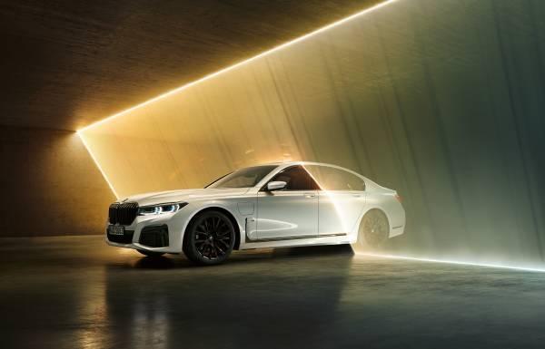 BMW 745Le M Sport, híbrido plug-in, permite dirigir exclusivamente a partir da tração elétrica, atingindo velocidades de até 140 km/h (autonomia até 54 km).  [158207406715820740672534147498.jpg]