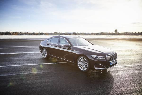 BMW 745Le M Sport, híbrido plug-in, permite dirigir exclusivamente a partir da tração elétrica, atingindo velocidades de até 140 km/h (autonomia até 54 km).  [15820740671582074067519428626.jpg]