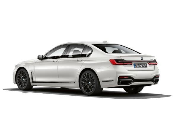 BMW 745Le M Sport, híbrido plug-in, permite dirigir exclusivamente a partir da tração elétrica, atingindo velocidades de até 140 km/h (autonomia até 54 km).  [158207406815820740686577376733.jpg]