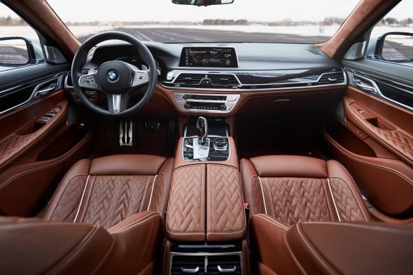 BMW 745Le M Sport, híbrido plug-in, permite dirigir exclusivamente a partir da tração elétrica, atingindo velocidades de até 140 km/h (autonomia até 54 km).  [158207406815820740689469302583.jpg]