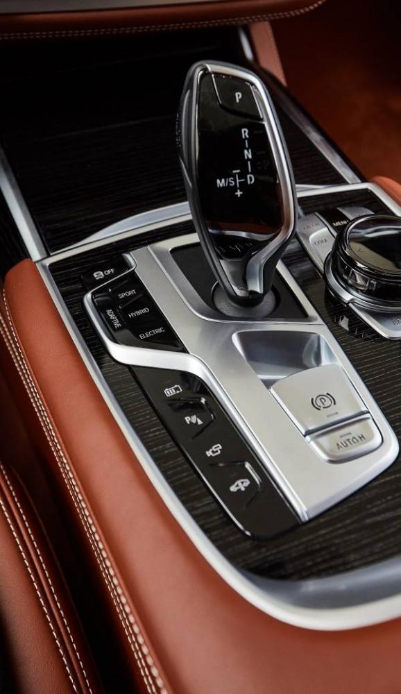 BMW 745Le M Sport, híbrido plug-in, permite dirigir exclusivamente a partir da tração elétrica, atingindo velocidades de até 140 km/h (autonomia até 54 km).  [158207406915820740692872561629.jpg]