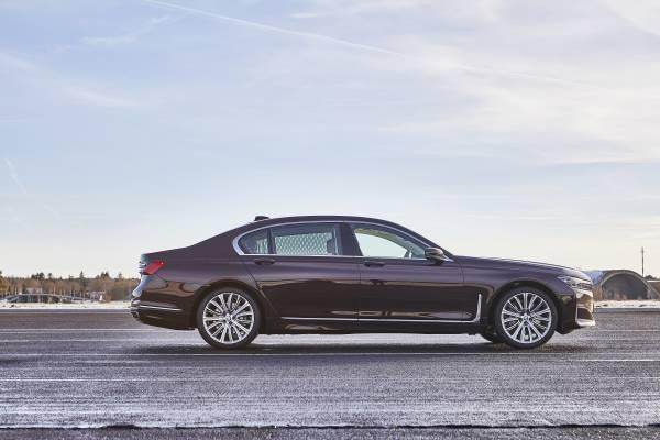 BMW 745Le M Sport, híbrido plug-in, permite dirigir exclusivamente a partir da tração elétrica, atingindo velocidades de até 140 km/h (autonomia até 54 km).  [15820740691582074069778121059.jpg]