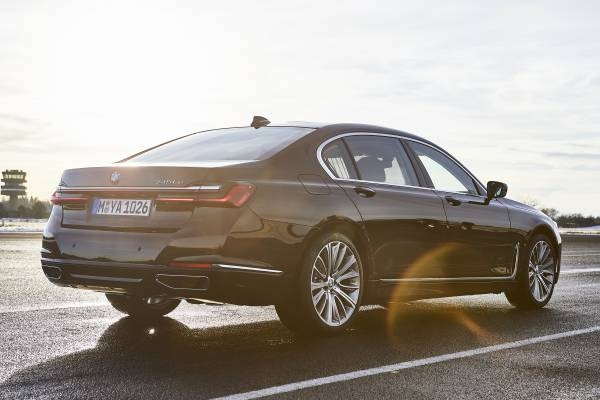 BMW 745Le M Sport, híbrido plug-in, permite dirigir exclusivamente a partir da tração elétrica, atingindo velocidades de até 140 km/h (autonomia até 54 km).  [158207407015820740700792202559.jpg]