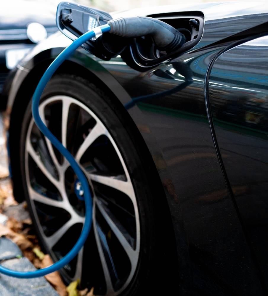 Março de 2021: vendas carros híbridos continuam aumentando, volumes de vendas 100% elétricos relativamente baixos.